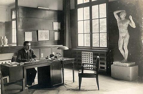Léon Moussinac dans son bureau, vers 1946. Paris, bibliothèque de l'EnsAD
