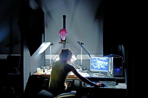 Étudiant s'initiant au banc-titre (technique d'animation directe  sous caméra).