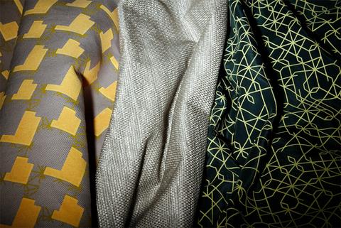 Toile de soie et coton imprimée rétro-éclairante, natté de fils de soie et fils rétro-éclairants, gabardine de ramie imprimée en deux couleurs rétroéclairante et laque.