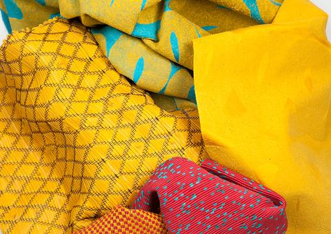tissages hybrides coton et cuir et métal et cuir, tissu en satin de coton floqué de poudre de cuir